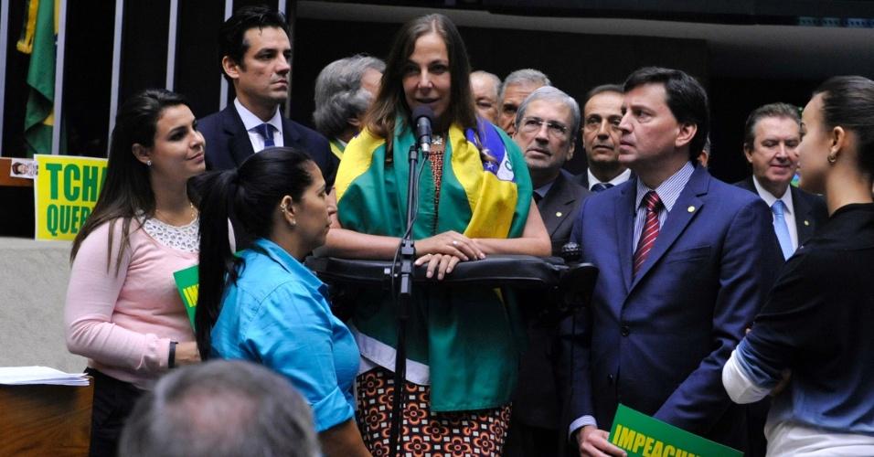 16.abr.2016 - Tetraplégica, a deputada Mara Gabrilli (PSDB-SP) discursa em pé, com o apoio de sua cadeira de rodas, a favor do impeachment da presidente Dilma Rousseff (PT)