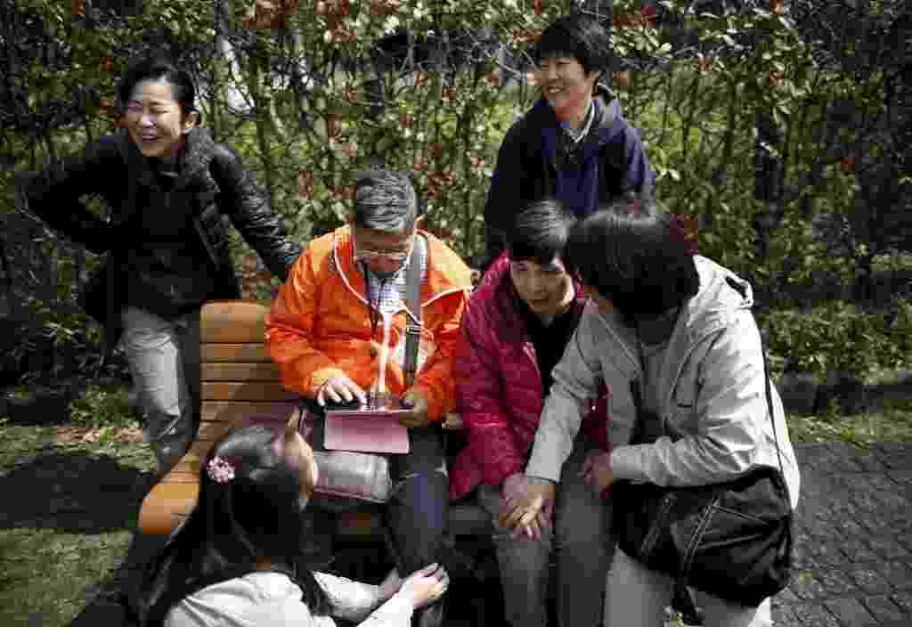 18.abr.2016 - Masahiko Sato (o de jaqueta laranja) é um engenheiro de sistemas aposentado e tem dado palestras sobre o tema em várias partes do Japão. Já tem até um livro. Encorajar pacientes com demência a falar sobre o tema faz parte dos esforços do governo para aliviar a imagem negativa desse que já afeta cerca de 5 milhões de cidadãos, número que deve aumentar para 7 milhões, até 2025 -- ou um em cada cinco japoneses com 65 anos ou mais - Issei Kato/Reuters