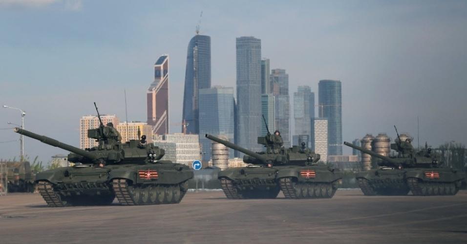 5.mai.2016 - Militares russos andam em tanques de batalha para ensaiar a passeata que acontecerá no Dia da Vitória, em Moscou. O evento acontece dia 8 de maio, data que marca o encerramento da Segunda Guerra Mundial na Europa