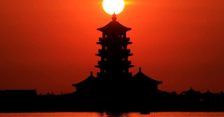 2.jun.2016 - Sol nasce detrás de templo budista na província chinesa de Shandong, no leste do país