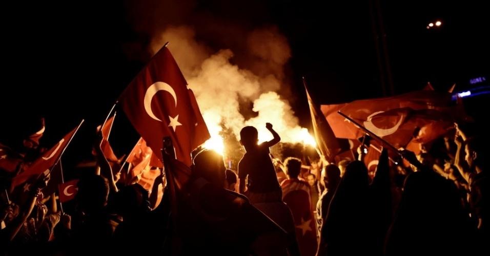 19.jul.2016 - Turcos que apoiam o presidente Recep Tayyip Erdogan lotam as ruas durante um comício na praça Taksim, em Istambul, para celebrar o fracasso da tentativa de golpe militar na Turquia