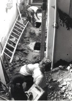 Equipe verifica ossos encontrados no Cemitério dos Pretos Novos