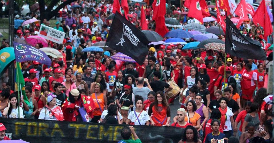 9.ago.2016 - Recife também teve ato contra o presidente interino, Michel Temer (PMDB). Os manifestantes pedem a volta da presidente afastada, Dilma Rousseff (PT), ao poder