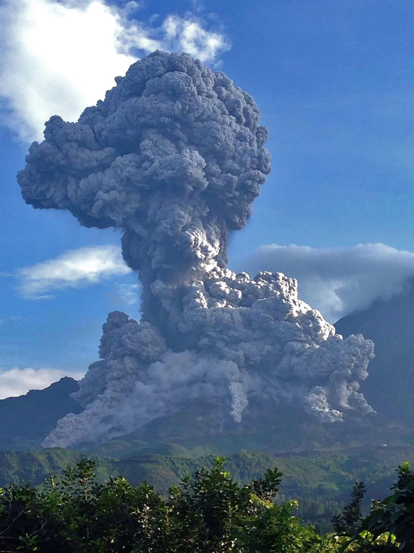 18.ago.2016 - Foto divulgada por um órgão do governo da Guatemala no último dia 16 de agosto mostra cinzas expelidas pelo vulcão Santiaguito. O vulcão ativo está em erupção na região de Quetzaltenango, no oeste da Guatemala