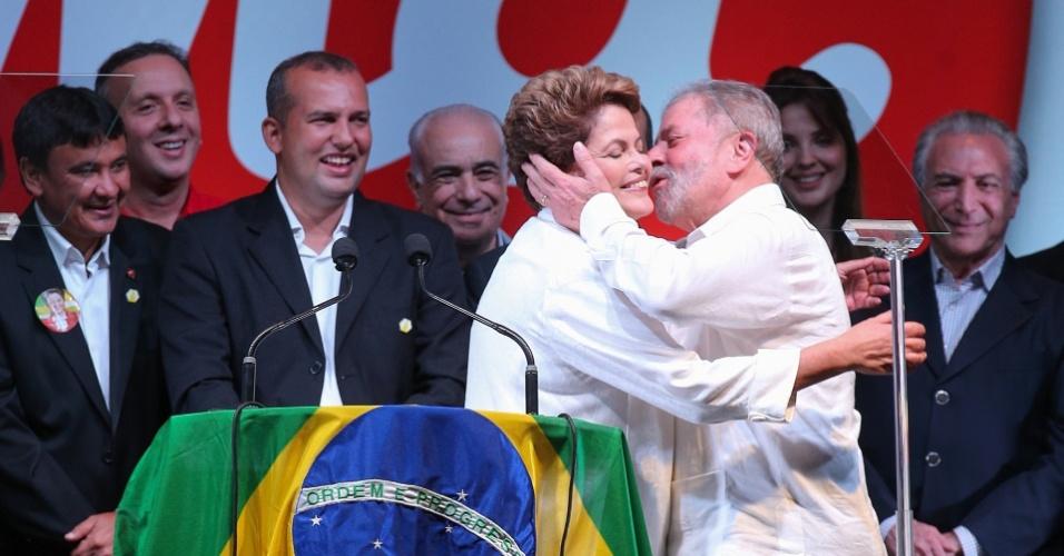 Dilma Rousseff foi reeleita com mais de 54,5 milhões de votos (51,64%), contra mais de 51 milhões de Aécio Neves (PSDB-MG), ou seja, 48,36% dos votos válidos. Na imagem, feita em 26 de outubro de 2014, o ex-presidente Luiz Inácio Lula da Silva beija a presidente reeleita durante evento em comemoração da vitória nas eleições, em Brasília