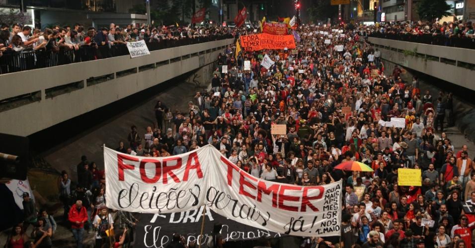 """4.set.2016 - """"Fora Temer"""" é a principal ordem dos milhares de manifestantes que fazem marcha por São Paulo. O pedido de quem comparece ao protesto é por """"diretas já"""". Ato partiu da avenida Paulista e seguiu para o Largo da Batata, na zona oeste de São Paulo"""
