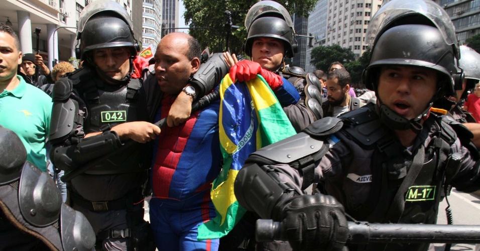 7.set.2016 - Manifestante fantasiado de Homem Aranha é detido pela Polícia Militar durante protesto contra o governo Temer no centro do Rio de Janeiro. Segundo testemunhas, o manifestante quis brincar com os policiais que não receberam bem a brincadeira
