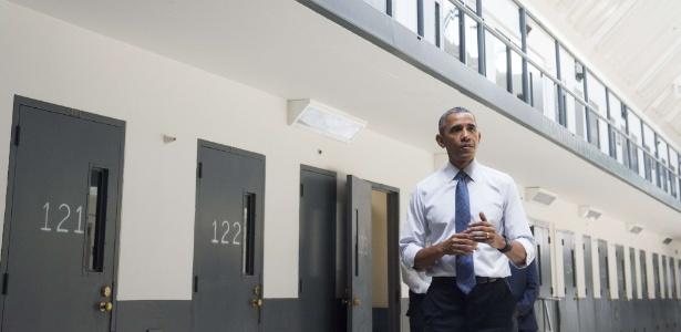 16.jul.2015 - O presidente Barack Obama faz tour por prisão federal em El Reno (Oklahoma)