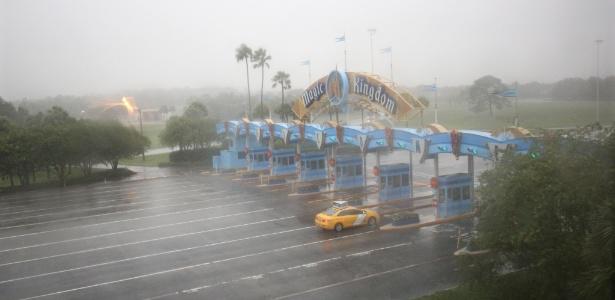 Apenas um táxi se dirige à área do Walt Disney World Resort , em Orlando, na Flórida, antes da chegada do furacão Matthew