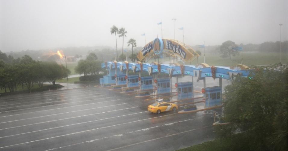 6.out.2016 - Apenas um táxi se dirige à área do Walt Disney World Resort , em Orlando, na Flórida, antes da chegada do furacão Matthew