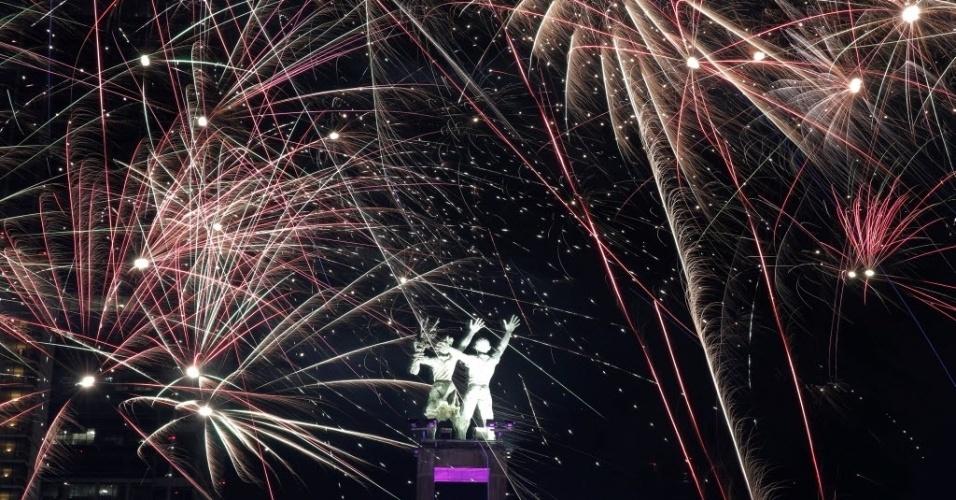 31.dez.2016 - Fogos de artifício colorem o céu em Jacarta, na Indonésia, em comemoração à chegada de 2017. No centro da imagem, o monumento Selamat Datang
