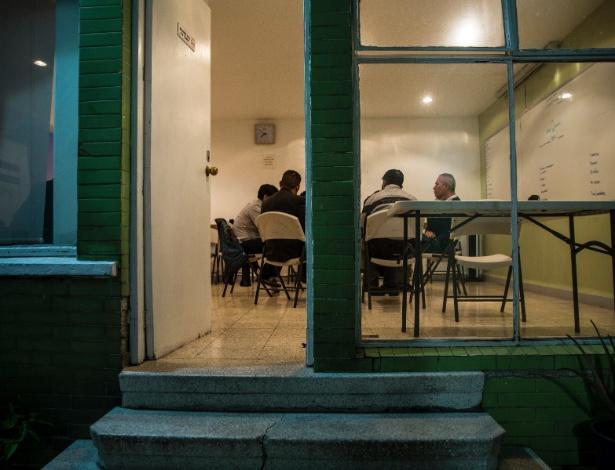 Grupo se reúne em sessão para discutir a cultura do machismo, na Cidade do México