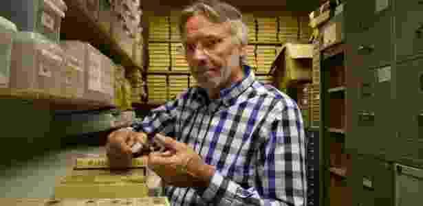 O professor Inge Morild com amostras de tecido da mulher - BBC - BBC