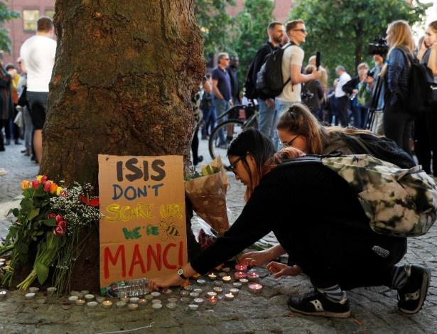 """""""O Estado Islâmico não nos assusta, somos Manchester"""", diz cartaz em homenagem às vítimas de atentado na cidade britânica"""