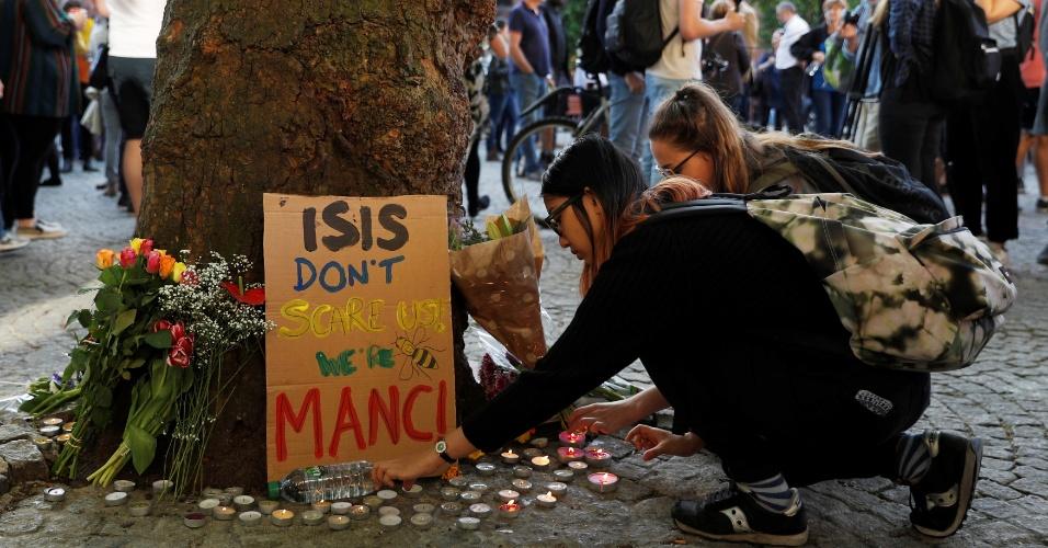 """23.mai.2017 - """"O Estado Islâmico não nos assusta, somos Manchester"""", diz cartaz em homenagem às vítimas de atentado na cidade britânica"""