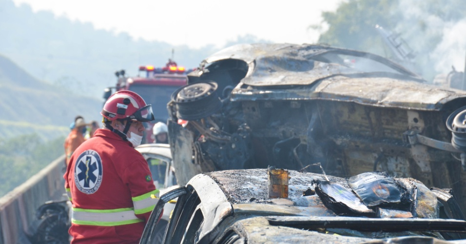 30.ago.2017 - Ao menos uma pessoa morre em engavetamento na Rodovia Carvalho Pinto, em SP