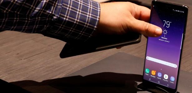 Homem mexe com Galaxy Note 8 durante lançamento do produto em Nova York, nos EUA