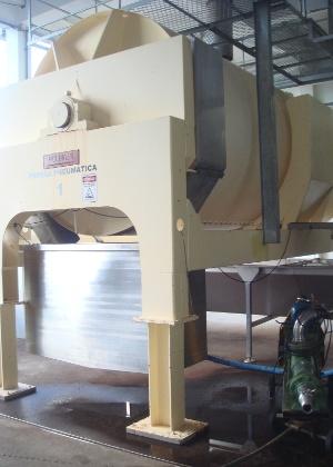 O grão é levado às prensas pneumáticas, que extraem o mosto (suco da uva)