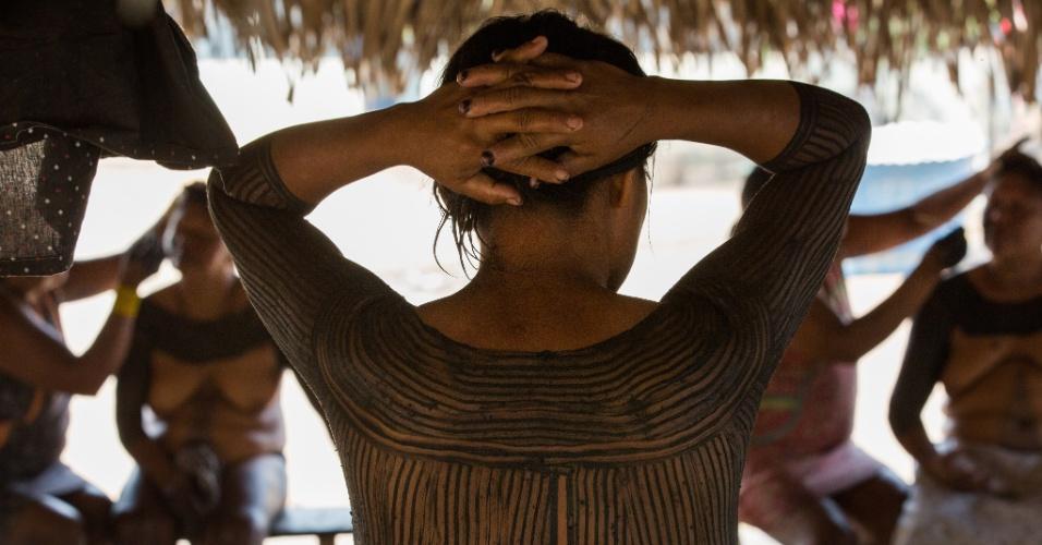 1º.dez.2017 - As mulheres da aldeia se pintam com uma tinta feita da mistura do jenipapo e do carvão