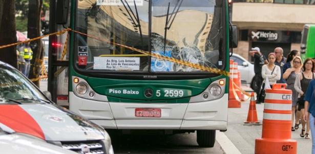 25.jan.2018 - Uma mulher morreu após ser atropelada por um ônibus na avenida Brigadeiro Luís Antônio