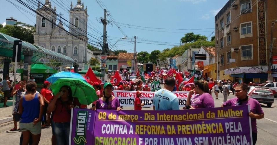 8.mar.2018 - Mulheres do MST fizeram passeada pelas ruas de Maceió (AL), com uma parada na frente da Delegacia da Mulher, que fica no centro da capital alagoana. O objetivo era denunciar os casos de violência contra a mulher