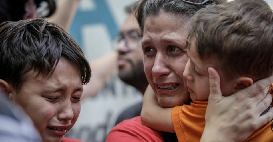 7.abr.2018 - Mãe abraça seus filhos chorando após a fala do ex-presidente Luiz Inácio Lula da Silva aos militantes no Sindicato dos Metalúrgicos do ABC, em São Bernardo do Campo (SP), neste sábado (7)