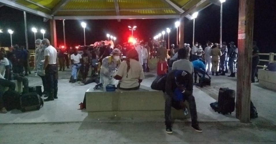 20.mai.2018 - Movimentação no cais de São José Ribamar (MA) após o resgate da embarcação à deriva com 25 africanos e 2 brasileiros, na noite de sábado (19)