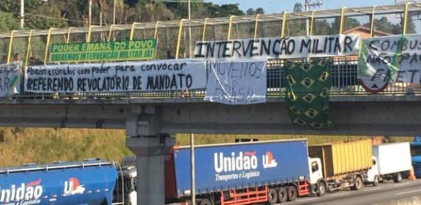 Paralisação de caminhoneiros na rodovia Régis Bittencourt, em Embu das Artes (SP)