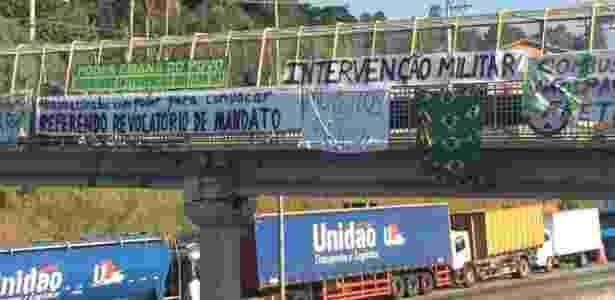 Faixas pró-intervenção militar em protesto de caminhoneiros na rodovia Régis Bittencourt, em São Paulo - Bruno Freitas/UOL