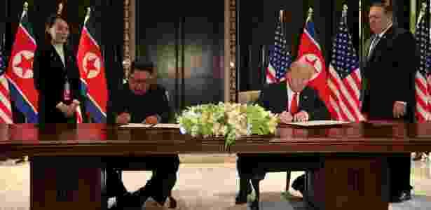 12.jun.2018 - Trump e Kim assinam declaração conjunta em Singapura - JONATHAN ERNST/Reuters