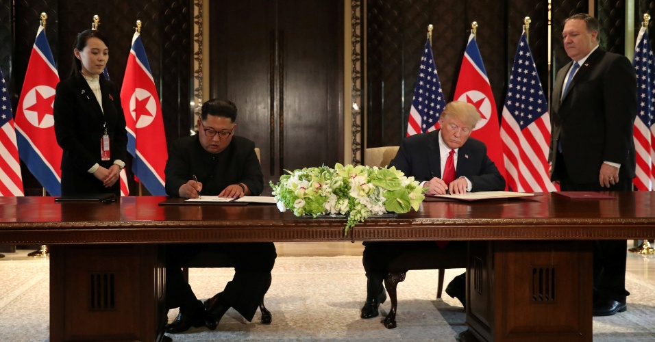 12.jun.2018 - Donald Trump e Kim Jung-un assinam acordo de cooperação para desnuclearização da península coreana