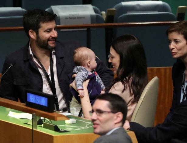 A primeira-ministra da Nova Zelândia, Jacinda Ardern, com a filha Neve, de 3 meses, durante cúpula na Assembleia-Geral da ONU - REUTERS/Carlo Allegri