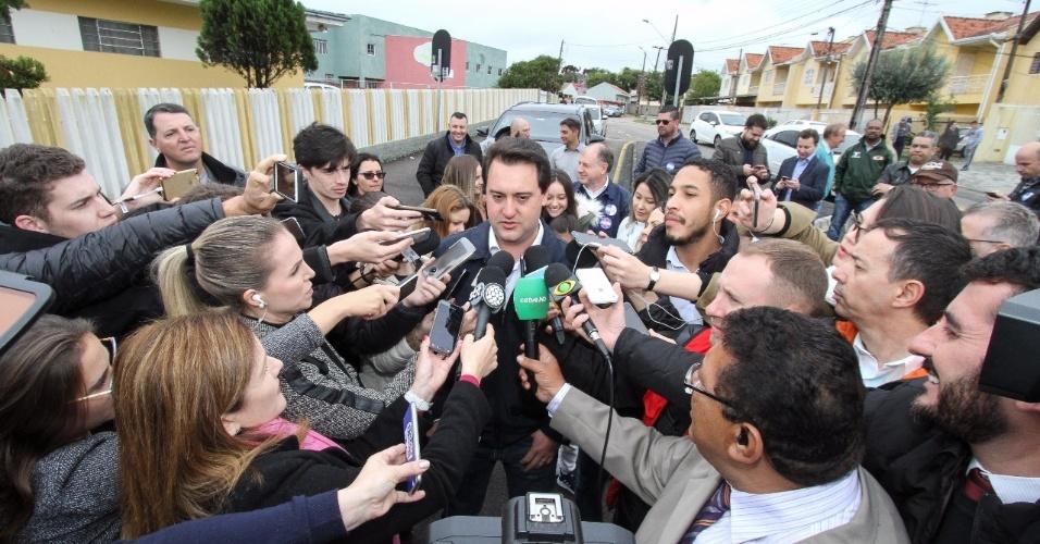 Ratinho Jr. fala com jornalista próximo ao seu local de voto