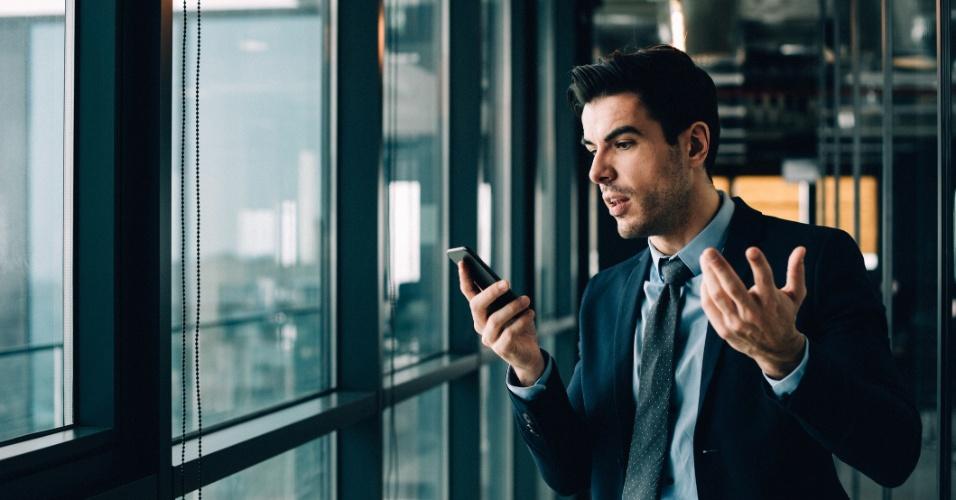 Pessoa brava com um celular