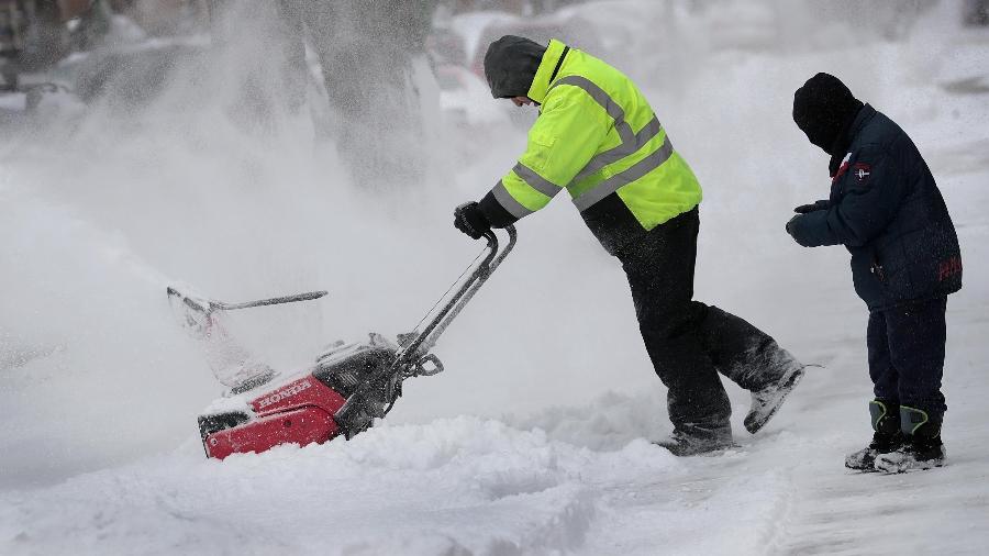 Moradores de Chicago tentam limpar neve da rua - Scott Olson/Getty Images/AFP