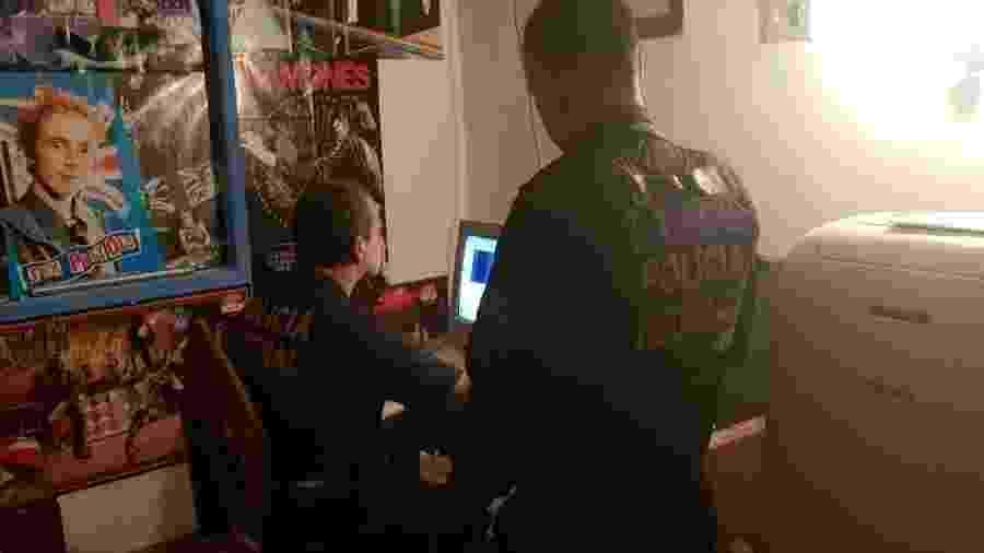 Agentes da PF verificam computador durante cumprimento de mandado de busca e apreensão no Rio - Divulgação/PF