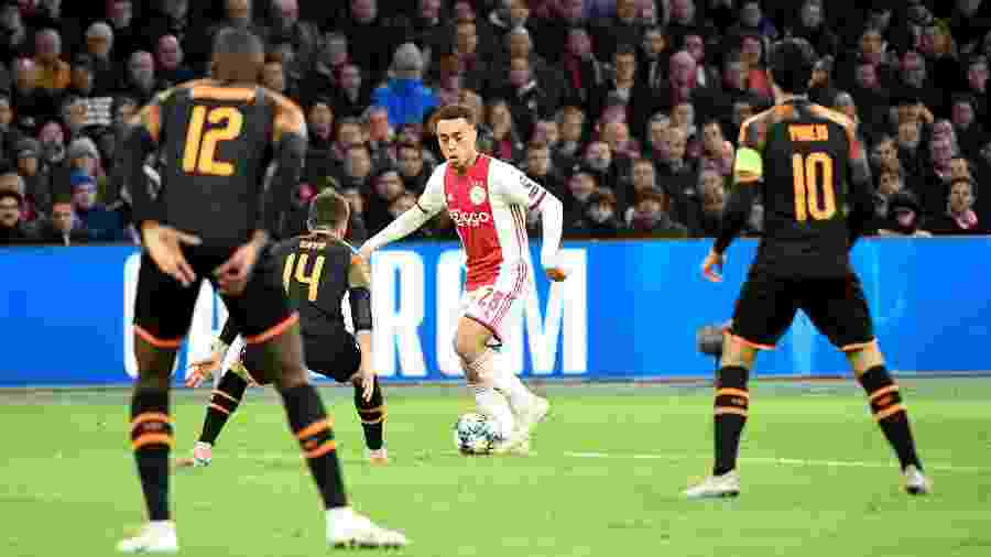 Lateral do Ajax, Sergiño Dest entra na mira do Barcelona para vaga de Semedo - PIROSCHKA VAN DE WOUW