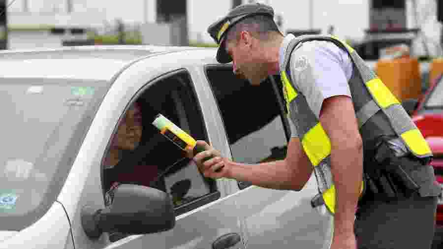 Policial rodoviário aplica teste do bafômetro em motorista na rodovia Adhemar de Barros (SP) - Leandro Ferreira/Fotoarena/Estadão Conteúdo
