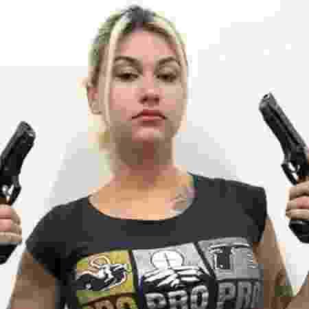 Sara Winter segurando dois revólveres - Reprodução