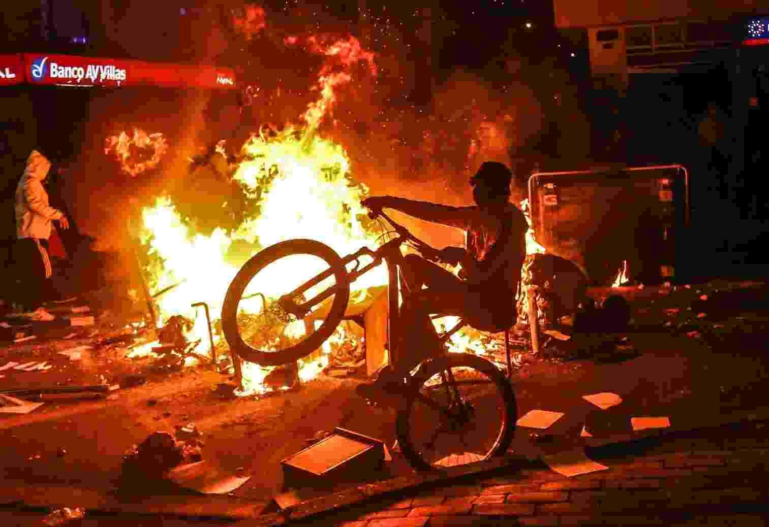 Segundo as autoridades locais, lixeiras foram incendiadas e veículos foram destruídos - STR/AFP