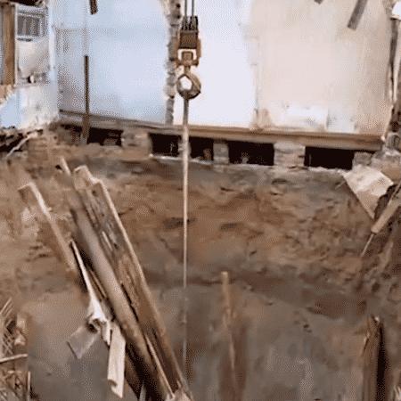 """Buraco gigante """"engole"""" casa em vilarejo na Rússia - Reprodução/Vídeo Daily Mail"""