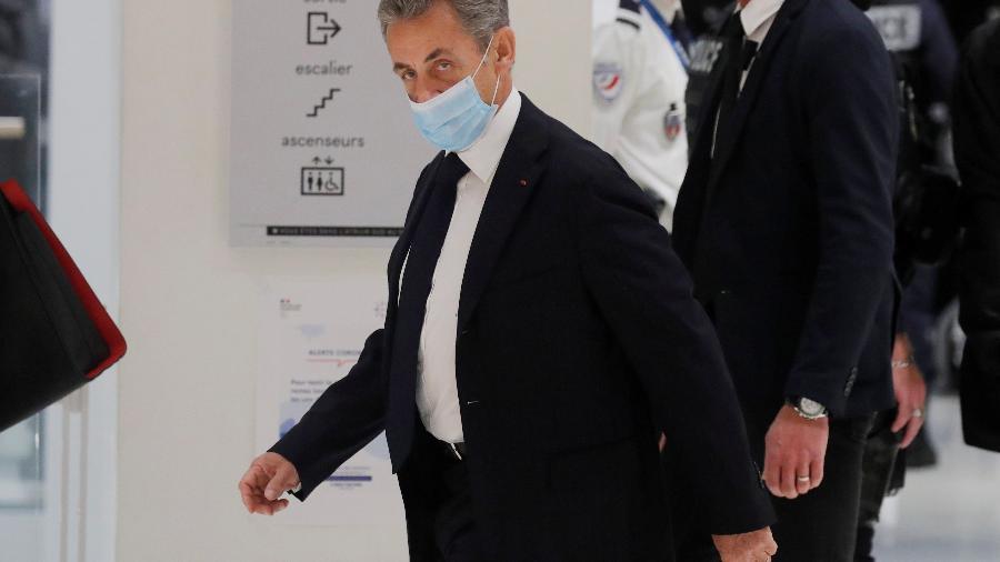 O ex-presidente da França, Nicolas Sarkozy, chega para o início do seu julgamento na corte de Paris, em novembro passado. Ele é acusado de corrupção e tráfico de influência - Charles Platiau/Reuters