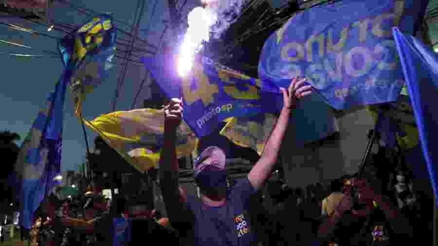 Apoiadores de Bruno Covas comemoram a reeleição do prefeito em São Paulo - Amanda Perobelli/Reuters