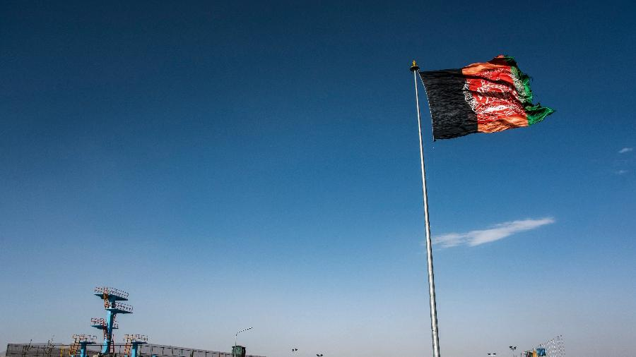 09 jun. 2021 - Bandeira do Afeganistão hasteada no topo de uma colina em Kabul - Tom McShane/Loop Images/Universal Images Group via Getty Images