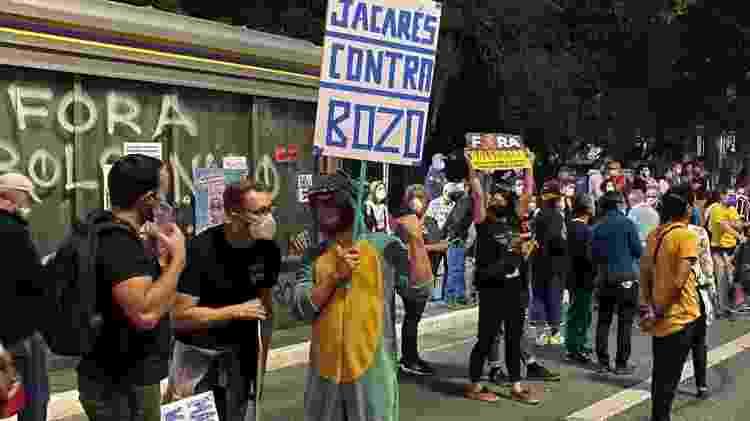 """Manifestante segura placa """"Jacarés contra Bolsonaro"""" em ato em São Paulo - Herculano Barreto Filho/UOL - Herculano Barreto Filho/UOL"""