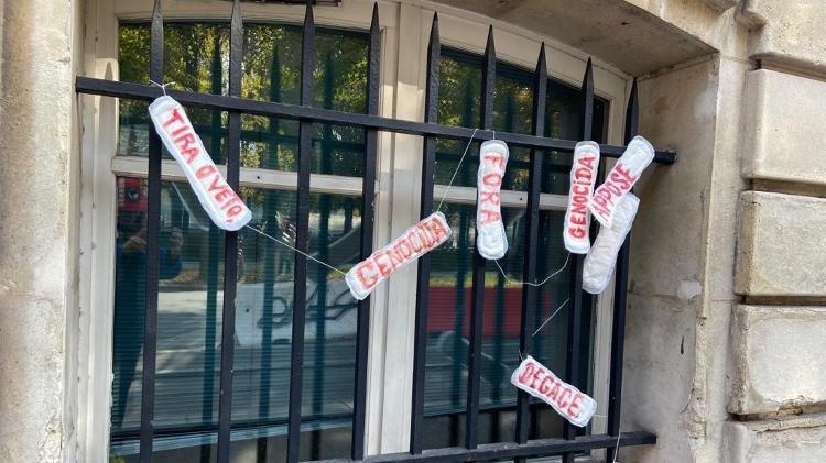 10.out.2021 - Ato em embaixada do Brasil em Paris usa absorventes para atacar Bolsonaro - Coletivo Alerta França Brasil/MD18 Ubuntu Audiovisual - Coletivo Alerta França Brasil/MD18 Ubuntu Audiovisual