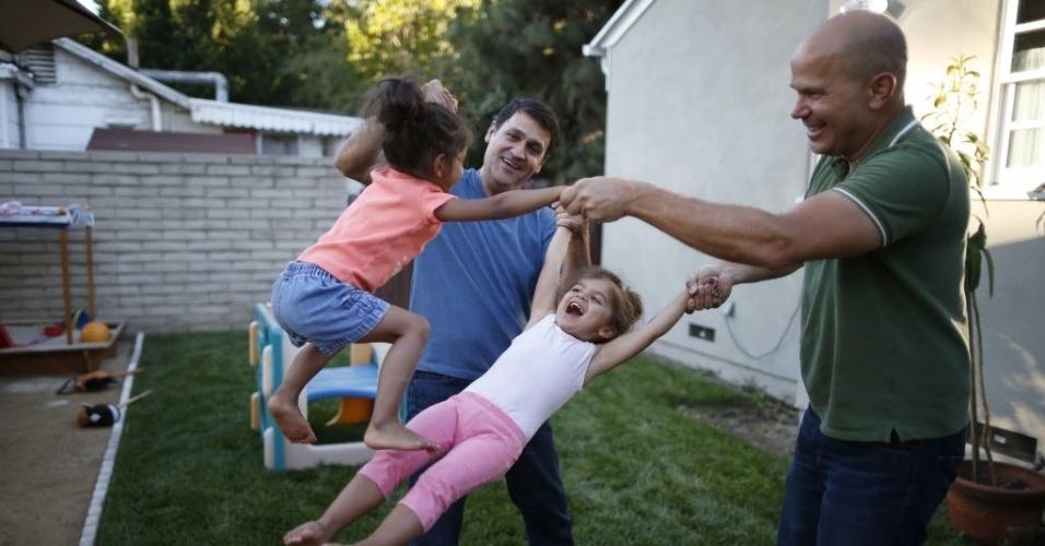26.jun.2015 - Jason Howe (à direita) e Adrian Perez-Boluda comemoram com suas filhas gêmeas de três anos de idade em Los Angeles, na Califórnia, após ouvirem a decisão histórica da Suprema Corte dos EUA, que derrubou vetos estaduais ao casamento gay, legalizando a prática para o todo o território americano