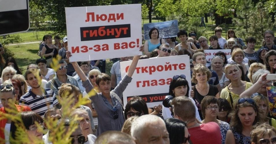 23.jul.2015 - Manifestantes exibem cartaz com os dizeres