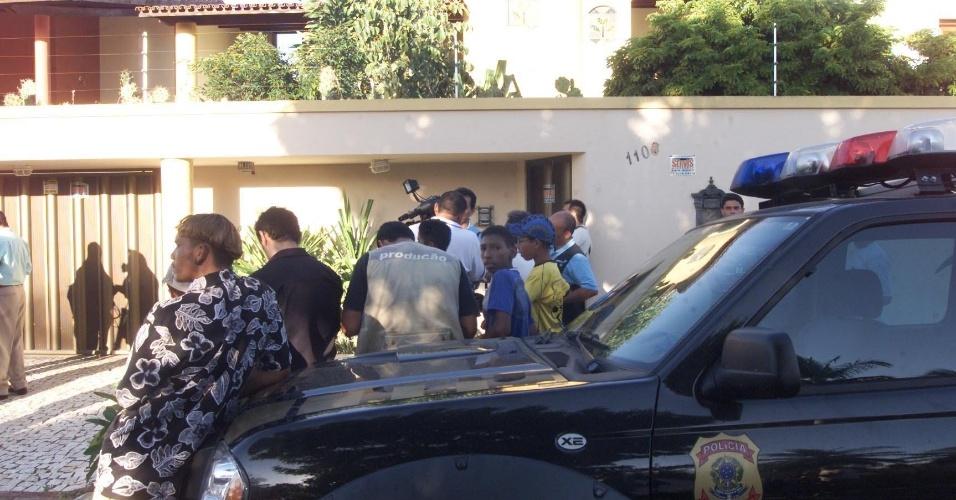 Policiais federais na casa que pertenceria ao empresário José Charles Machado de Moraes, dono da JE Transportes, suspeito de envolvimento no furto de R$ 164,8 milhões no Banco Central em Fortaleza em 2005