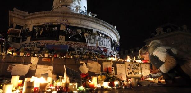 Franceses depositam homenagens aos mortos nos ataques em Paris em memorial montado na praça da República